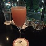 ブロッサム - 連れのカクテルはオススメの桃のシャンパンカクテルも美味しそう。