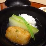 53554513 - ◆鱧と蓮根餅のお椀、冬瓜とインゲンが添えられています。                       鱧は丁寧に骨切りされ、食感もよく美味しい。