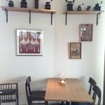 コモド カフェ&ダイニング - 窓の無い席も、壁の飾りが飽きさせません