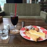 コモド カフェ&ダイニング - モーニング500円の全景です