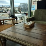 コモド カフェ&ダイニング - 窓際のソファ席に座ります