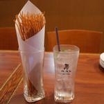 ローリングチキン - お通しの揚げパスタ(400円・外税)と爽快モヒート(500円・外税)