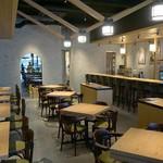 ザ・ワインバー ナカス - カウンター席とテーブル席があります。イマドキのオシャレなカフェかバルのようですね。