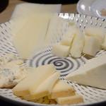 ザ・ワインバー ナカス - チーズ5種盛り合わせ。