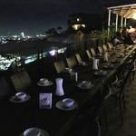 Mr. A Bar and Restaurant - レストランは室内の席もあるが、夜景を見るなら屋外のテラス席が最高だ
