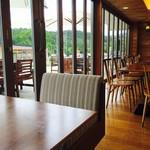 レストラン奥河内 - フルオープンの窓で広々とした店内 座席もゆったりおくつろぎ頂けます