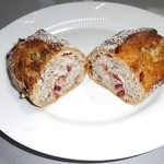 53594133 - ライ麦とクランベリーの酸味と甘みに胡桃の香ばしさが入った好みのパン