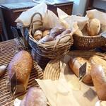 ベーカリー・パレード - ハード系のパンが豊富です