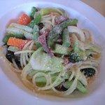 マリーノ - スパゲティーニ、自家製ベーコンと春野菜のパルメザンチーズ風味