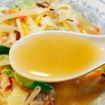 たなべ - 鶏がらスープの味わいで結構、塩分高めのガテン好みな味わい。