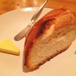 カスタネット - お肉料理コースのパン