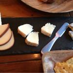 イザカヤ キャリフォルニア - チーズ盛り合わせ
