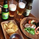 イザカヤ キャリフォルニア - ビールとナチョスとサービスの前菜盛り合わせ