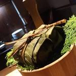 53626226 - 【凌ぎ】鰻の朴葉寿司