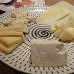 ザ・ワインバー ナカス - ◆チーズ5種盛り合わせ・・どのチーズも美味しいですねぇ。 中でもブルーチーズの味わいが好み。