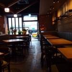 ザ・ワインバー ナカス - 店内はスタイリッシュな印象で、カウンター席とテーブル席があり、広いですよ。