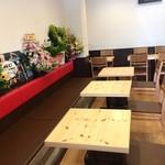 iro-hana かふぇ食堂 - 入って左手のテーブル席