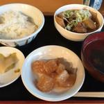 台北 - 「牛筋煮込み定食」。 メインもですが、一品おかずが美味です。