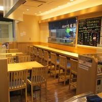 魚寅鮨 - カウンター席8席、テーブル4席4組。にぎり寿司はお好みで一貫からご注文頂けます。