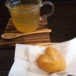 cafe なかちよ - しょうが茶と豆乳ドーナツ(1個50円)にしました。