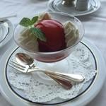 パノラミックレストラン ル・ノルマンディ - ピーチメルバ。バニラアイスの上にラズベリーソースを纏ったシロップ漬けされた桃。