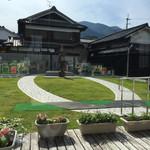 テガミ カフェ - 素敵な庭が見えます
