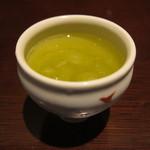 まるや本店 - 最後に出た緑茶(氷入り)