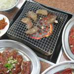 文田商店 - 料理写真:タン塩を焼いています