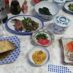 民宿三杉館 - 料理写真:夕食全貌 瓶ビール大のサービス