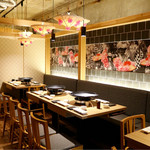 天ぷら串ともつ鍋 奥志摩 - 奥は博多どんたく祭りを想像させる祭囃子のBGMでゆったり寛げるダイニングスペース