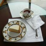 53664443 - チーズケーキと紅茶