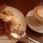 カフェ ベルゲン - キャラメルバナナワッフルとカフェラテ