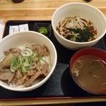53674247 - 牛すじどて煮丼(600円)、ミニうどん(200円)