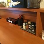 麺屋ガテン 天満橋店 - カウンター席(水はセルフ・箱ティッシュ完備・キムチ無料)