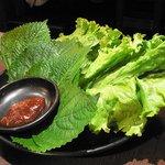 堅田酒場 情熱ホルモン - チシャとゴマの葉