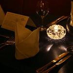 レストラン ストックホルム - ディナータイムはキャンドルの灯りが雰囲気作り