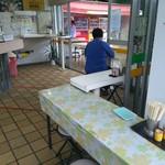nikkouguchipa-kingueriakudaribaiteninshokuko-na- - イートインもあります&外にもいす・テーブルがあります