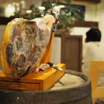 スペインバル ラパエラ - 店内に置かれた生ハム原木
