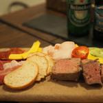 スペインバル ラパエラ - スペイン産生ハムとパテ 季節野菜の盛り合わせ       ¥1,500