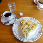 チャウ - ポテトサラダと玉子サンドイッチ630円、ホットコーヒー300円