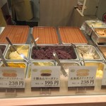コココッペ - 店舗では並んだ中から選んだ様々な具材を目の前でコッペパンの中に挟んでくれます。