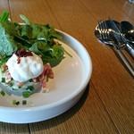 grenier36+Rooftopビアガーデン - ランチセットのサラダ。みずみずしい野菜のサラダ。ポテトの上にムースやカリカリベーコン