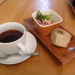 Abete - コーヒーにプチ前菜、パン。