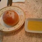 53729003 - Vivez un petit moment de bonheur en savourant le bon pain!