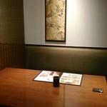 入母屋 - [内観] 店内 テーブル席 ①
