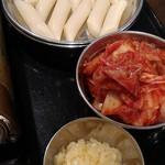 コリア タッカンマリ - 鍋に付いてくるトッポギ、キムチ、ニンニク。