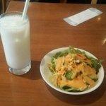 ムナ - セットのサラダとラッシー