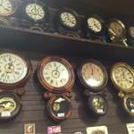 古時計 - 壁には古時計がずらり!