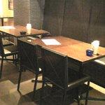 グットスピリッツ ユナイト - 店内のテーブル席