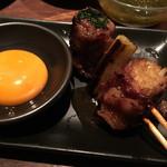 焼とりの八兵衛 - すき焼き串は春菊とエノキを霜降り肉で巻いたもの。焼き過ぎの感あり。